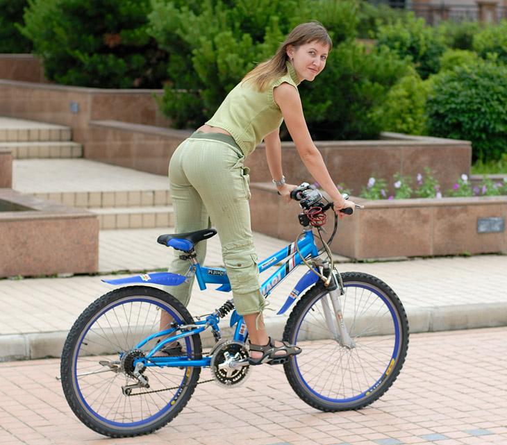 Туристам бесплатно можно брать велосипеды для покатушек вокруг здания за забором в зоне видимости камер наблюдения. Вероятно, забор, камеры и охрана на выезде были недостаточны, поэтому в первый день за нами на велосипеде вокруг отеля кружил сопровождающий. Потом, видимо, мы внушили доверие примерным поведением и велосипед давали покататься в нескольких метрах перед крыльцом отеля уже без сопровождения.