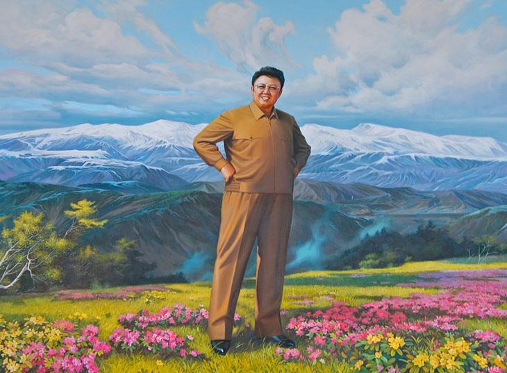В ходе руководства корейской революцией великий вождь товарищ Ким Ир Сен на основе идей чучхе дал научно обоснованные ответы на все вопросы, возникшие в революции и строительстве. Он всесторонне систематизировал чучхейские идеи, теории и методы. Все они, разработанные великим вождем товарищем Ким Ир Сеном, исходят из принципов чучхе и воплощают их в себе. Портреты Ким Ир Сена, его сына и жены в различных вариациях украшают собой любые общественные здания. Статус сооружения легко определить по размеру такового портрета. В музее революции конный портрет имеет размер с вертолетную площадку. Сфотографировать, к сожалению, не удалось. Не только не пускают с фотокамерами, но и в целом иностранцам доступны лишь два зала из двух десятков. В одном зале портреты и фотографии Ким Ир Сена, в другом — принесенные из леса пни с антияпонскими лозунгами. Пни представляют собой заповедную у нас могильную сосну (растущую тут повсеместно, как сорняк), а престарелый Ким Ир Сен на фотографиях подозрительно похож на нашего Брежнева в переходном возрасте (с этого света на тот).