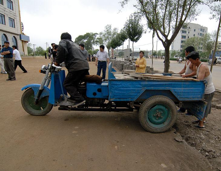 Транспортные средства редки и порой представлены обычными для ЮВА франкенштейнами. Его собрат стоит у нас в музее автостарины.