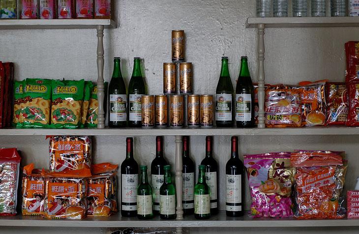 Типичный ассортимент магазина для иностранцев. Срок годности чипсов истек пару лет назад. Бутылка китайского вина на рынке стоит (в переводе на наши деньги) 10 рублей. Бутылка пива (аналог «Харбина») тоже 10 рублей. Кило фруктов — 30 рублей.