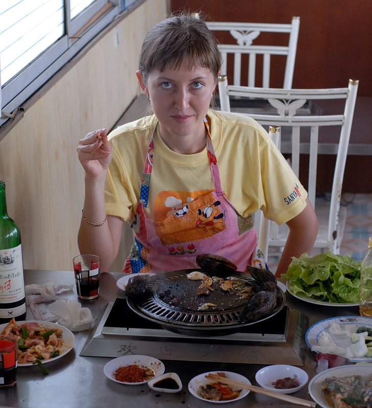 Государственная корейская тошниловка для иностранцев. Если ушлый гид не успел удвоить цену, поесть можно за смешные деньги. Хотя антисанитария везде находится на достаточно высоком поносопозывном уровне. Водопровода нет в               принципе.