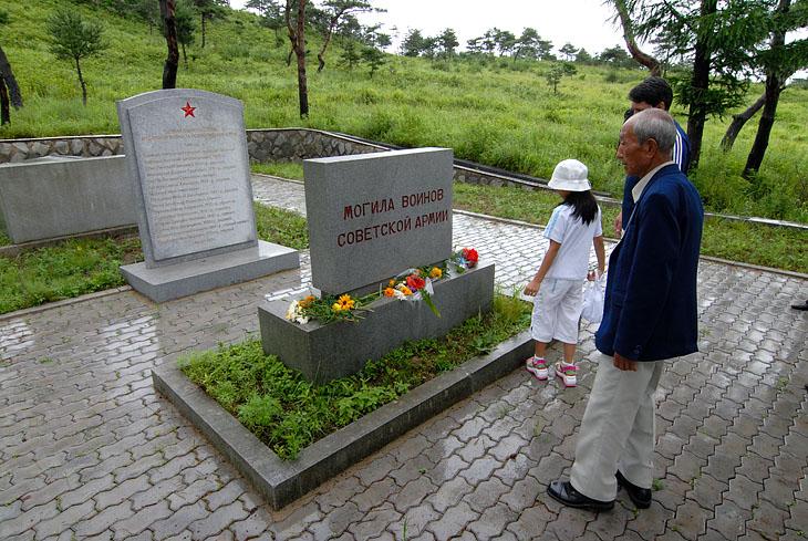 Чучхейская идеология не мешает корейцам содержать в идеальном состоянии места наших воинских захоронений.