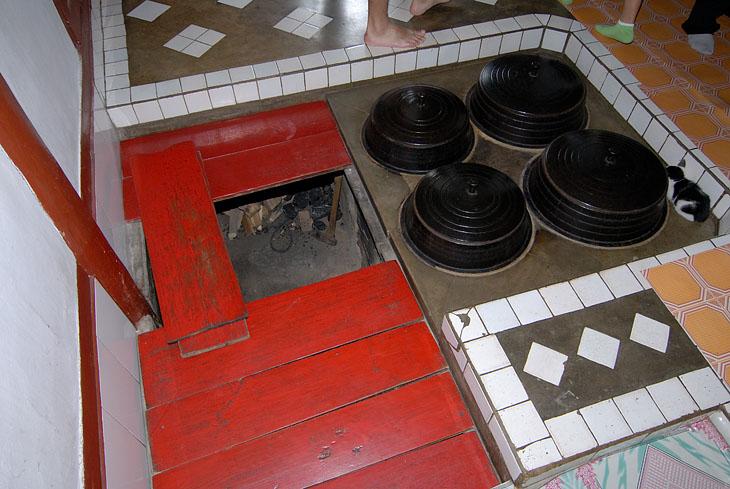 Отопление корейских домов организовано под полом. Т.е. печка находится на уровне фундамента. Открывается люк в полу и запихиваются дрова. Одновременно готовится пища в вставленных в пол котлах, а сам пол равномерно нагревается по всей площади дома. В противоположном от печки конце дома от фундамента отходит дымовая труба, причем снаружи деревянная. Вероятно, КПД такого способа отопления исключительно высок. Спят прямо на полу.