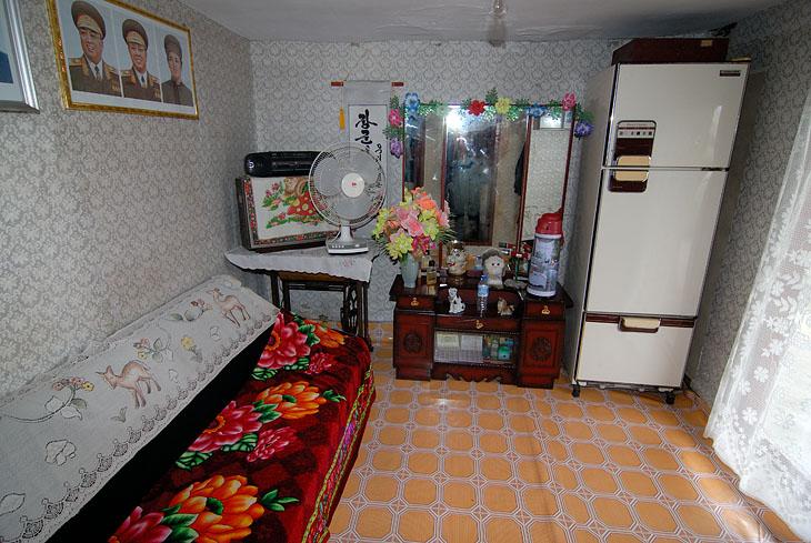 Еще одна комната. Живут ли тут, или ночью весь дом запирается как музей, не очень понятно.