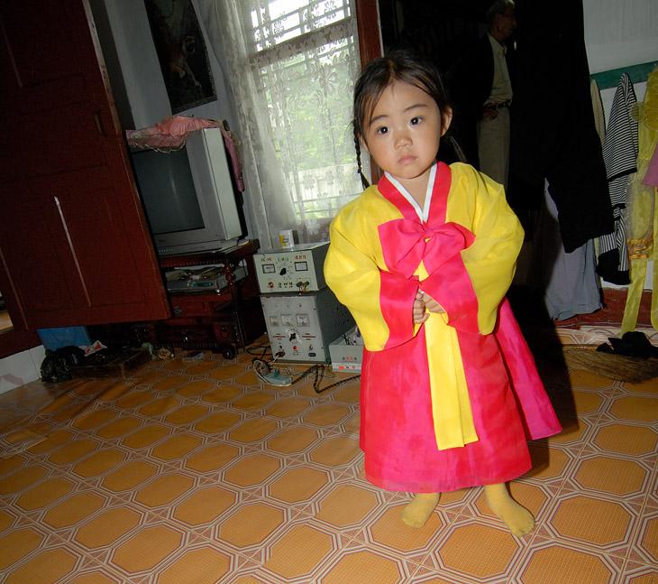 Стандартная дежурная девочка в национальном костюме.