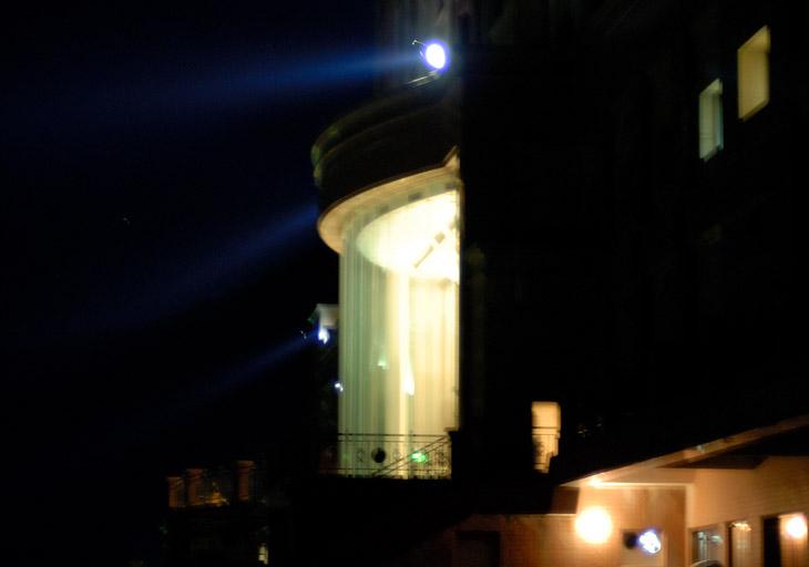 Ночью отель напоминает космическую тюрьму из фантастических фильмов. Шурующие по периметру прожекторы высвечивают излишне бодрых постояльцев — чтоб не шалили, и не пытались просочиться через забор на корейскую землю.