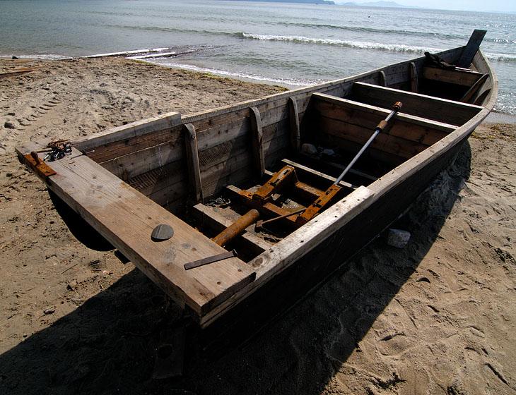 А это уже вариант моторного судна внушительных размеров. Правда, в стадии ремонта. Сфотографировано с разрешения гида. При этом гид выгнал из лодки ремонтировавших ее рыбаков, которые укрылись за ближайшим строением, чтобы случайно не попасть в кадр.