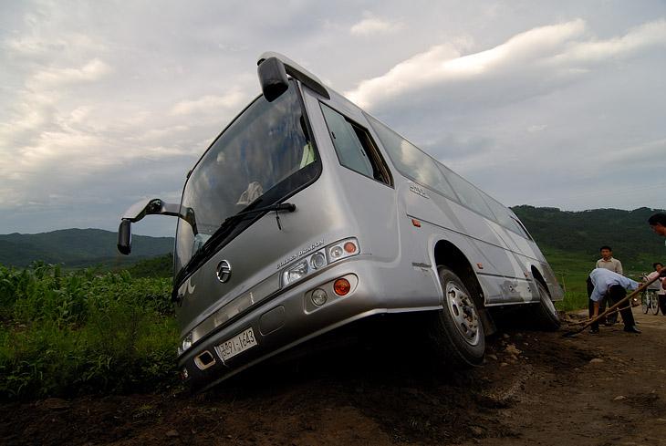 В незапланированном месте наш автобус завалился в придорожную канаву. Поглазеть на невиданное зрелище, в виде целого автобуса больших белых обезьян, сбежались окрестные жители. Жизнь прожита не зря, теперь в деревне будет что обсуждать ближайший год. Наши сопровождающие в ужасе бросились заниматься спасением транспорта, а мы получили некоторую передышку и возможность незаметно фотографировать окрестности.