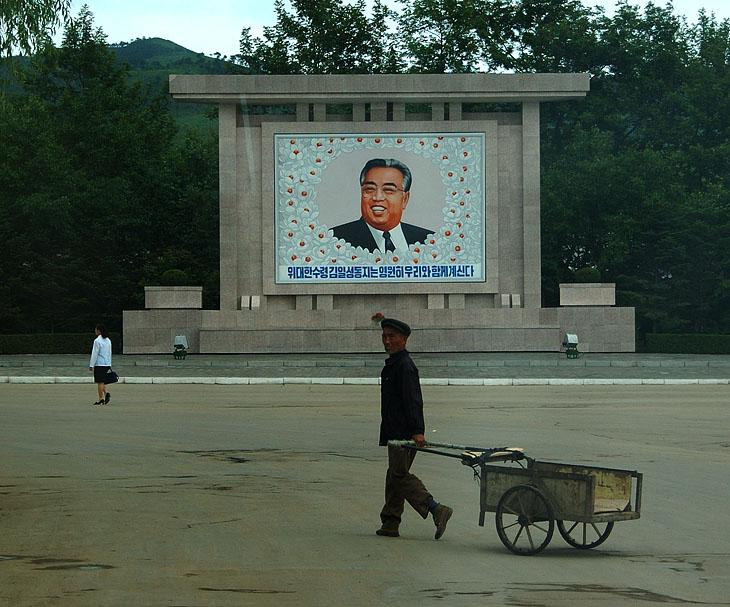 Большинство кадров снято не целясь от пояса, через грязное стекло прыгающего на кочках автобуса, под прикрытием сумки или иной подвернувшейся туши. Так что качество печально, но сюжет разобрать можно. В целом, тоскливость картин выходит за границы разумного — серые здания, ужасная одежда, пыльные дороги, все это очень напоминает мрачную гранитную рамку к жизнерадостному портрету Ким Ир Сена.