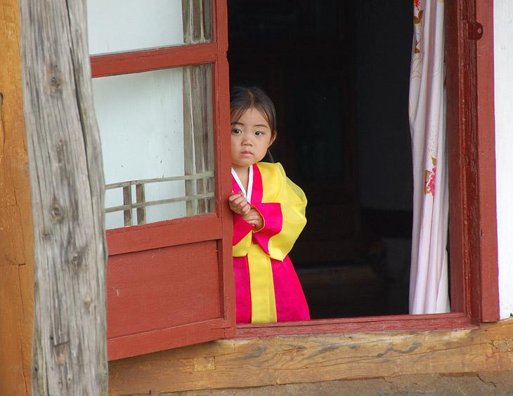 Если долго стоять на одном месте на улице, то постепенно начинают собираться зрители в виде детей. При этом дети одеты в подозрительно парадного вида костюмы. Или их специально успевают переодеть, или у корейских детей не               принято пачкать одежду.