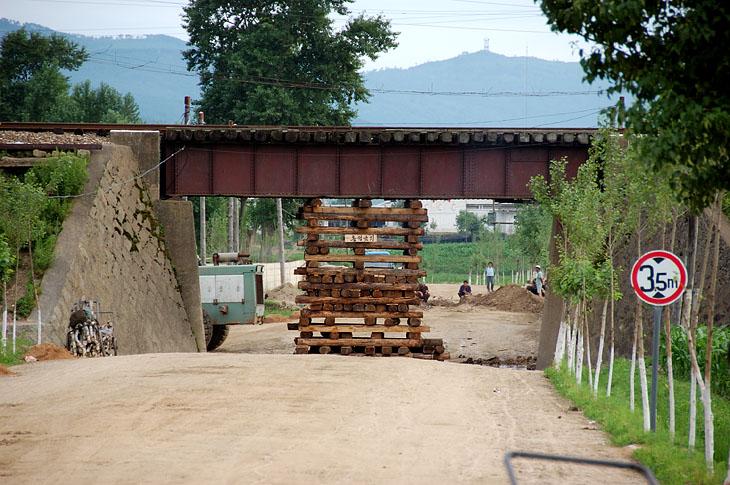 Вот так укреплен железнодорожный мост, чтобы совсем нафиг не рухнул. Сверху шастают вагоны.