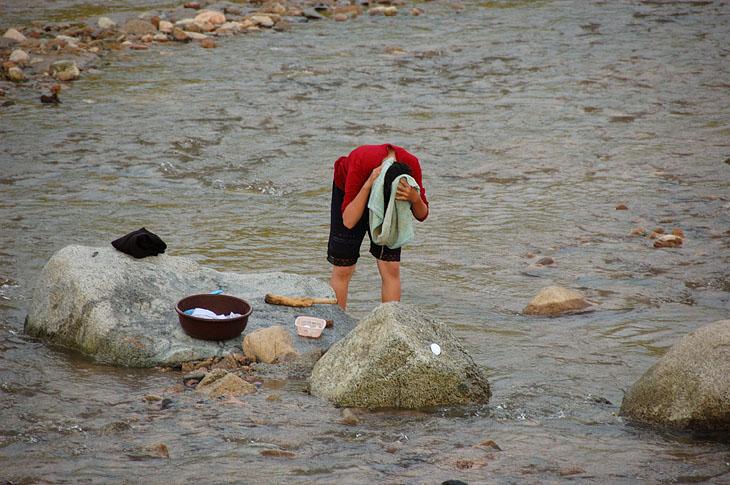 К счастью, приставленный к нашей группе гид никогда не был в России и вообще за границей. Поэтому слабо понимал разницу в уровне жизни и не ориентировался, что нам можно показать, а что нет. Например, такие вопросы, почему люди моются только в реке, а не дома в ванной, были вообще выше его понимания. Интересно, что творится в остальной Корее, за пределами этого оазиса для иностранцев.