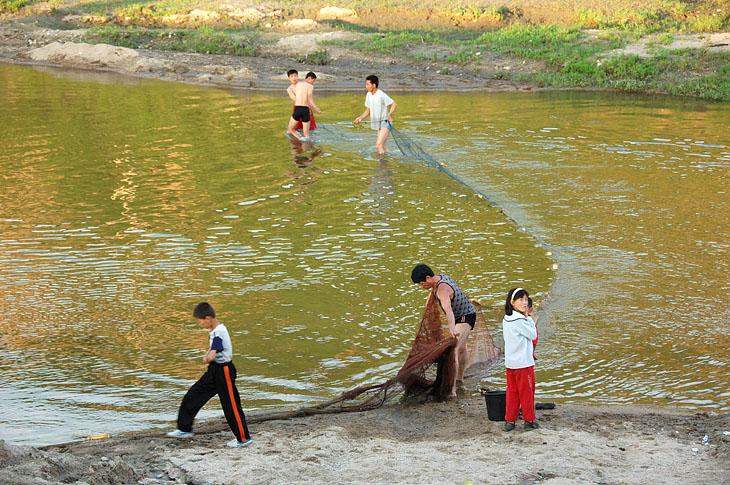 В той же реке на окраине города рыбаки вечерком растягивают сети. Значит, есть и рыба, причем экологически-чистая, совершенно не отравленная продуктами цивилизации. Вот, собственно, и все. Поездка в стиле «назад в прошлое». Надеюсь, что для нас это прошлое никогда больше не станет будущим. А что касается корейцев, так это их личное, сугубо внутреннее дело.