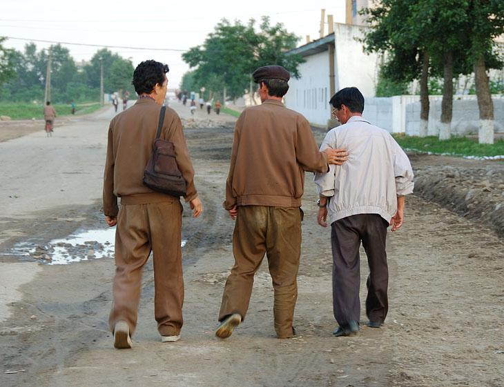 Редкое зрелище — три пьяных корейца. Ничто человеческое не чуждо даже строителям коммунизма.