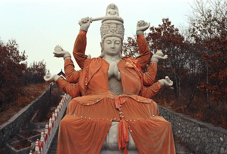 Серьезный, как налоговый инспектор, в халатике линялом, на вершине уселся Будда (так нас уверяли). Протест по поводу излишка рук у будды монахи отклонили, им виднее. Оно и вправду не принципиально. Ведь здешние карманники столь               ловки, что впору заподозрить их в родстве с подобным многоруким божеством. В шести карманах сразу может шарить, при том священной не меняя позы.