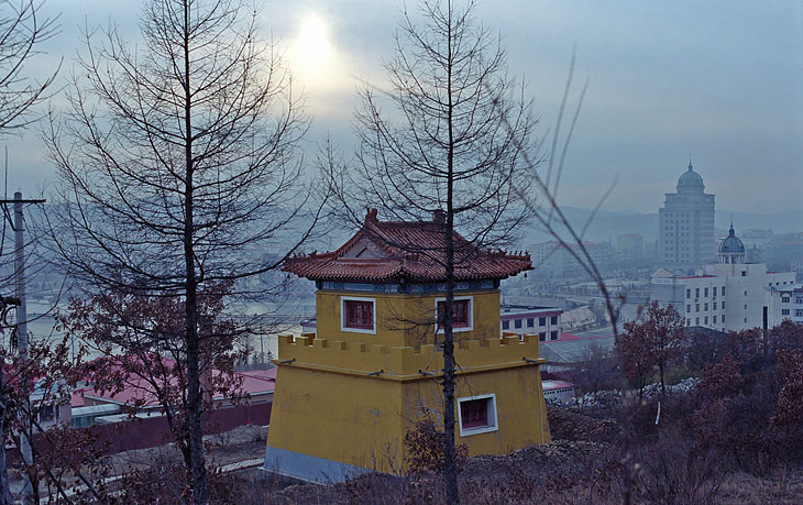 Пока нормальный люд с восходом солнца открыл охоту на китайские товары, презрев земное, я, как тонкий извращенец, вломился в местный храм. С вершины сей обители, в тумане, маячит город рынков и кафешек. И воздух свеж и в целости               юани.