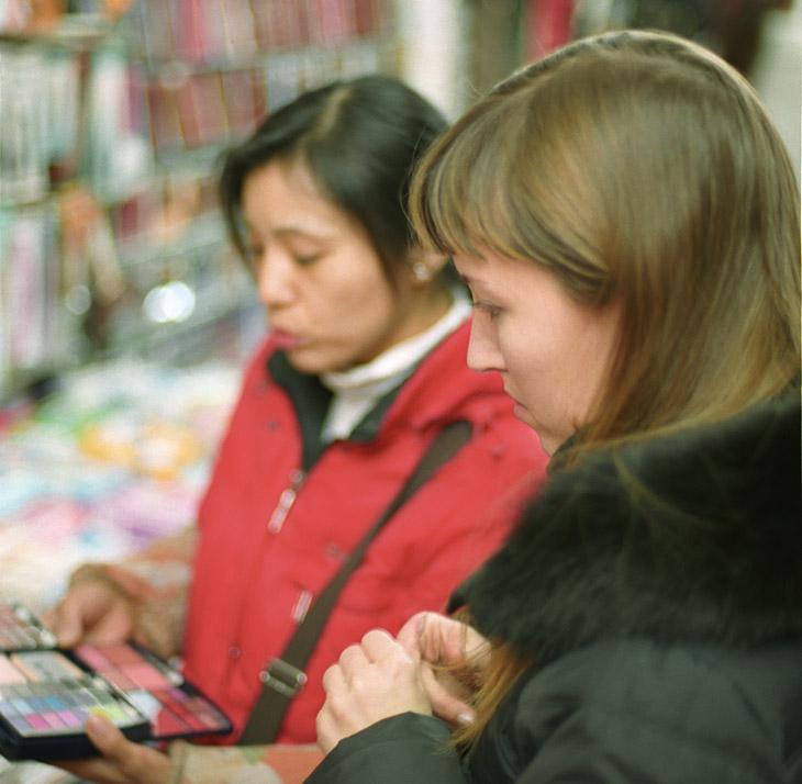 А вот мы забурились в магазины. Китайцы с радостью блаженною на лицах, полезли торговать нам всяку срань. Нам вроде и не надо, но процесс, тут всячески важнее результата.
