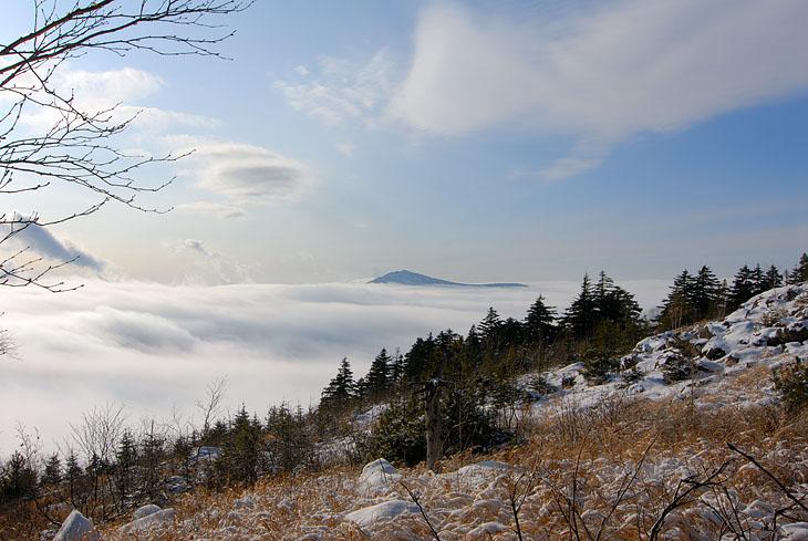 Разве что традиционно запечатлеть вид с Фалазы на Пидан. Находящиеся ниже вершин облака неспешно напыляют снег на промерзлый лес.