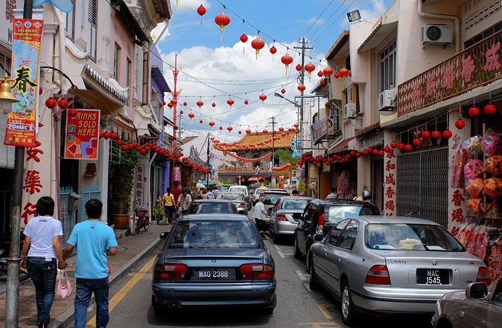 Последствия китайского нового года выплеснулись на улицы связками красных фонарей. Куда ни глянь - везде бордель.