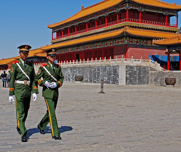 Вот в духе заветов великого Мао, позвольте продемонстрировать, как той лягушке, фотографии некоторой части Пекина, вполне               соответствующие имеющим место быть фактам. Как обычно, блестяще-парадное великолепие китайской столицы оставим для путеводителей, а тут               рассмотрим низменно-бытовую сторону вопроса.