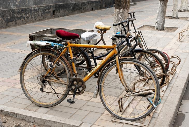 Инфраструктура города весьма адаптирована к велосипедному движению и дружелюбна к веловладельцам. Вдоль всех тротуаров               прикручены вот такие парковочные загогулины для двухколесного транспорта. И это помимо многочисленных велостоянок и велопарковок, в том               числе и многоярусных.