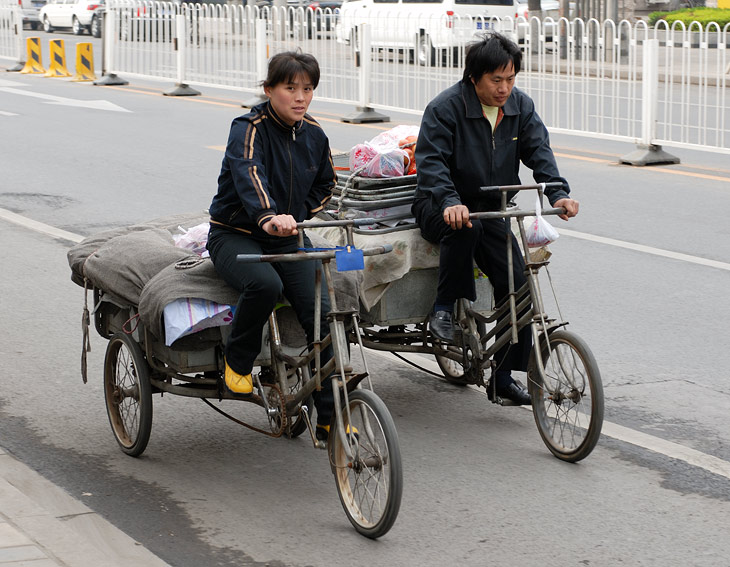 Пекин - столица велосипедов. Нигде ранее мне не доводилось наблюдать такого разнообразия педальных транспортных средств. Грузовые и               пассажирские, простые и электрические, открытые и с будками, велосипеды-мусорки и велосипеды-кухни. Конкурировать с ними на столичных               улицах способны лишь еще более диковинные мотоциклы и мопеды.