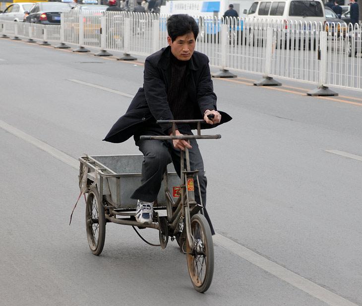 Наиболее типичный велосипед - это вот такая трехколесная тележка. Иногда в ней навален объемный груз, а иногда в кузове сидит любимая               собака или теща.