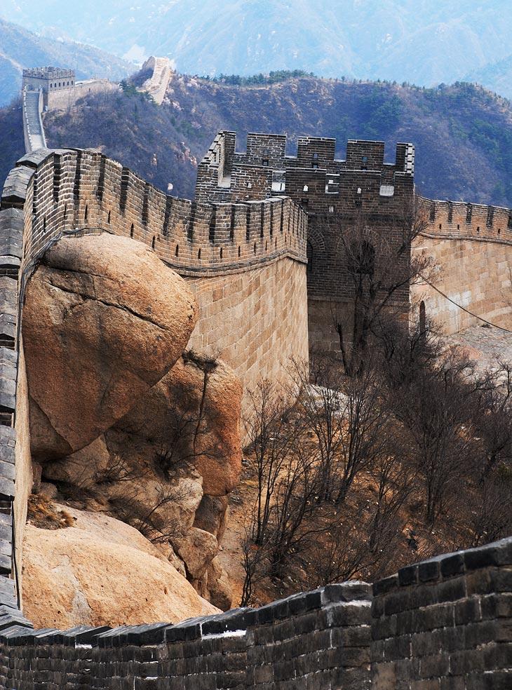 Конечно же посетили Великую Китайскую Стену. Сооружение запомнилось великим количеством китайских паломников и общей бессмысленностью своего существования. Если и был какой-нибудь тайный смысл строительства каменного мегазабора,               помимо привлечения туристов, то вероятно он потерялся во мраке веков.