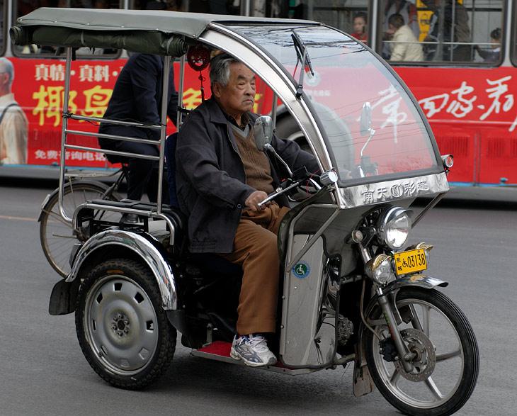 Судя по номерным знакам, подобные чудо-мопеды законодательно относятся к инвалидным мотоколяскам.