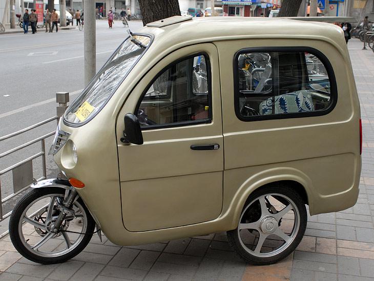 От велосипедов перейдем к мотоциклам. На мотоциклах часто нахлобучены внушительные будки, после чего классифицировать данное транспортное средство не представляется возможным.
