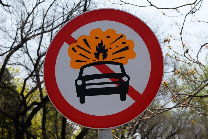 В зоне действия данного знака террористам запрещается взрывать свои автомобили. Законопослушность китайцев порой просто шокирует.
