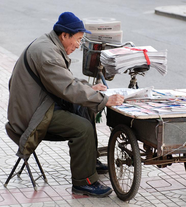 Выход на пенсию ранний и принудительный, чтобы освободить рабочие места для молодежи. Встретить работающего старика действительно достаточно сложно. Вопрос безбедного существования на пенсию весьма сомнителен, цены стремительно               растут вместе с уровнем жизни основной части населения.