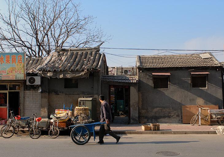 Мегаполис раскинулся аж на 150 километров в длину и с трудом влазит на огромную простыню туристической карты. Рельеф практически               везде плоский, лишь по периметру Пекин окакашен внушительной цепью гор. Но и в горах каждый квадратный метр камня носит следы               тысячелетней человеческой деятельности.