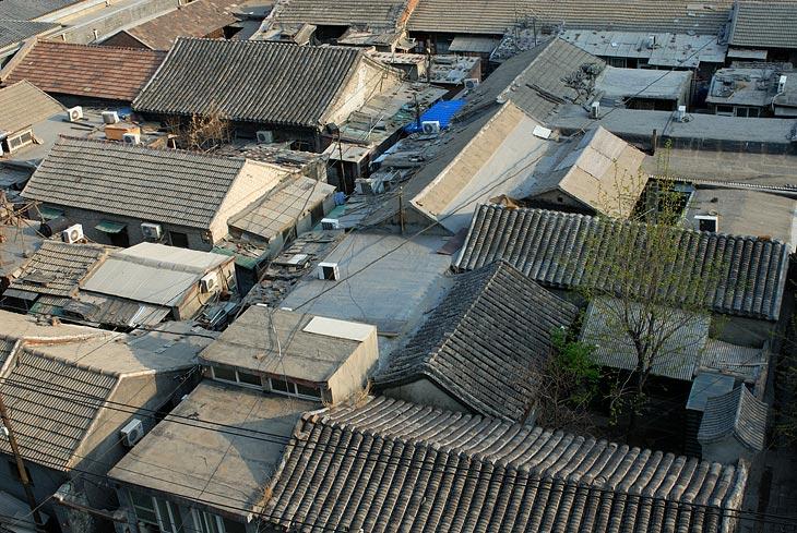 Особый интерес в самом Пекине представляют одноэтажные кварталы традиционной городской застройки. Некоторым из этих домов               сарайного типа уже сотни лет. Улочки меж ними столь узки, что порой позволяют протиснуть лишь один велосипед, однако ретивые пекинцы               умудряются не только лихо гарцевать в этом лабиринте на скрипучих рикшах, но и отважно забить легковой автомобиль в какой-нибудь               переулок. Лишь эти автомобили, ящики кондиционеров, да окна из пластика, напоминают о современном городе.