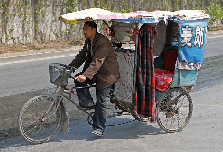 Чуть дальше от центра рикши становятся похожими на велокареты. Оформление тоже своеобразное.