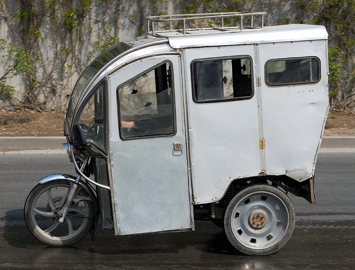 Комод повышенной комфортности, еще и багажник на крыше. Отмечу, что такие штуковины пользуются пекинцами не от великой бедности (средняя зарплата в столице 700 долларов в месяц, самый дешевый автомобиль немногим дороже), а               просто по причине удобства пользования и простоты содержания.