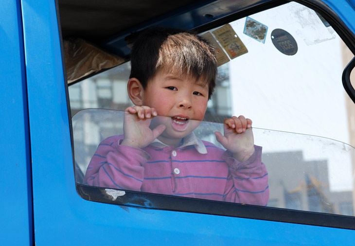 В Пекине действует ограничение: одна семья - один ребенок. Если вы единственный ребенок в семье, то сами можете завести двух детей. Если незаконно завели второго ребенка, штраф огромен. На сельскую местность это ограничение не               распространяется. Прописывайтесь в деревне и плодитесь сколько угодно.