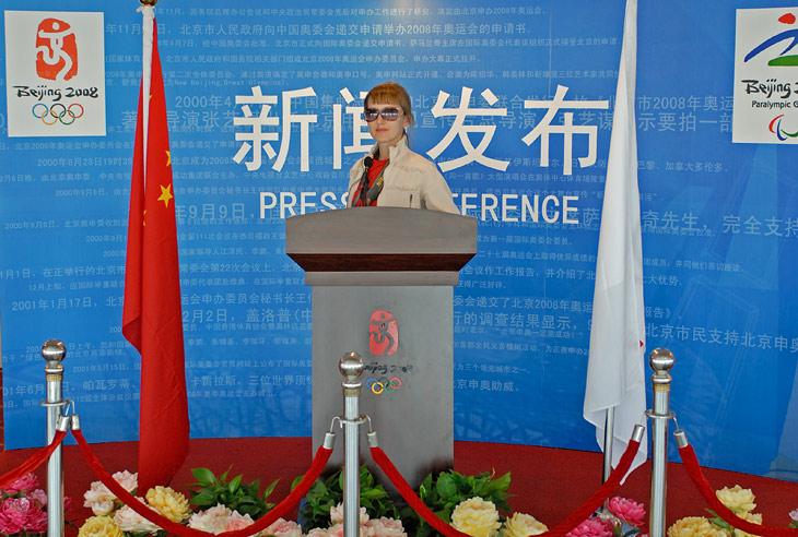 Зал для олимпийской пресс-конференции на китайском телевидении. Толкнули речь по поводу. Ну этот антураж еще успеет через полтора года всем намозолить глаза на телеэкранах.