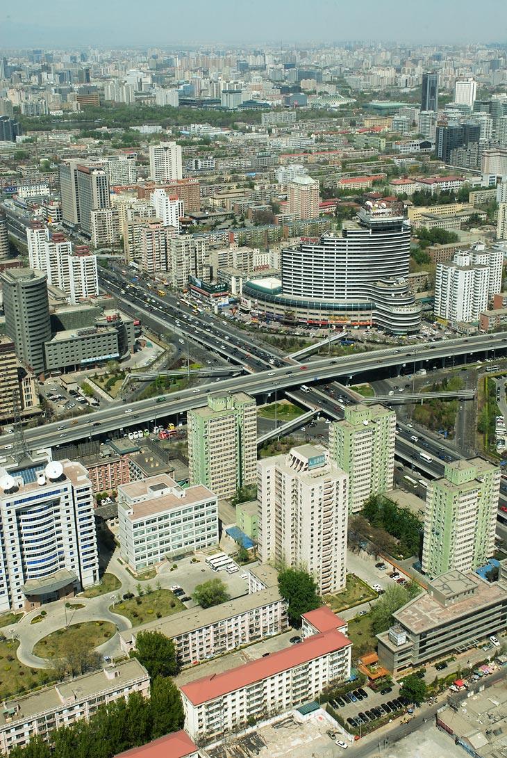 Вид на Пекин с высоты этой самой телебашни. Границ города не видно даже в мощные оптические приборы.