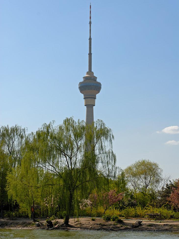 Собственно сама пекинская телебашня. До вон той стеклянной площадки от земли кажется 225 метров.