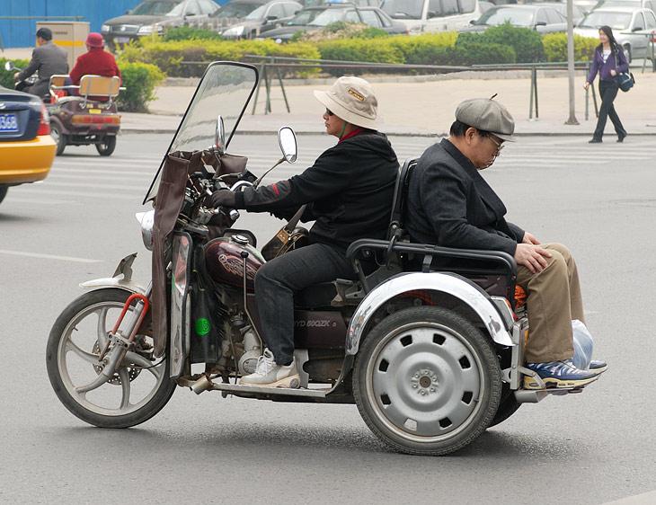 В магазине такой замечательный мотоцикл стоит сущие копейки. Жаль в самолет с ним не пустят, прикупил бы в хозяйство.