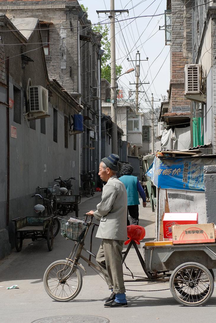 Стоимость квадратного метра жилья в Пекине начинается ныне от 2000 долларов. Есть районы, где хорошую квартиру в новом доме можно купить за 1400 долларов за метр, но имея расположение к югу от центра, с точки зрения Фэн-Шуй               такой район неблагоприятен, поэтому квартиры так и стоят пустыми, не продавшись за последний год. Сами спальные районы снимать не интересно. Красивые многоэтажные дома, детские площадки, много зелени, широкие улицы. Плотность застройки               небольшая. Старый Пекин вызывает куда больше эмоций.