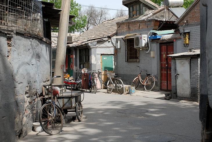 Такой транспорт весьма органично смотрится средь колоритных кварталов старого Пекина.