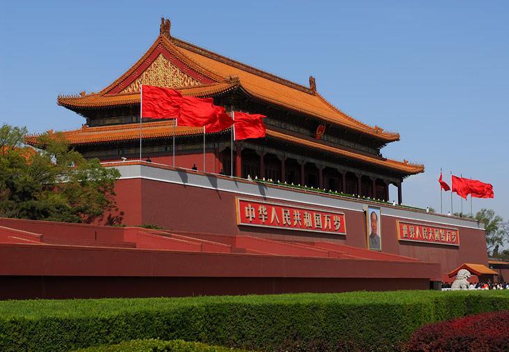 Площадь Тянь-Ань-Мэнь, известная нам по иногда проводимым там активным демократическим процедурам по разгону всяческих демонстрантов. А с этой трибуны руководство Китая взирает на парады по сорокакилометровому проспекту.