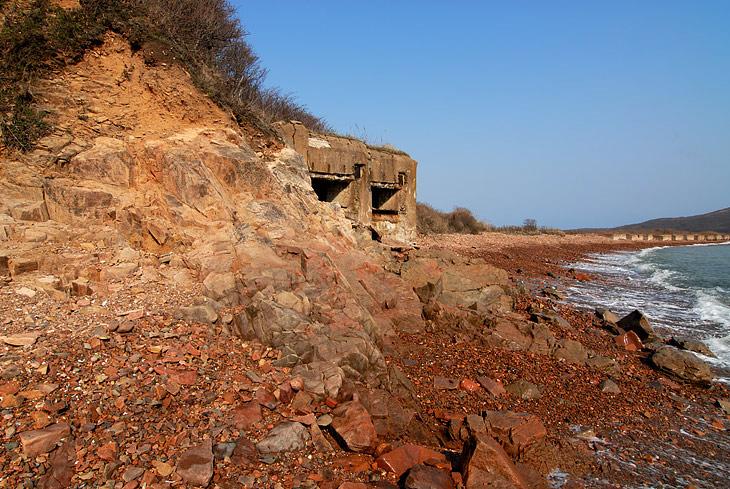 Сам остров плотно изрыт милитаристами. Из всех щелей торчат остатки различных укреплений, иногда достаточно монументальные.