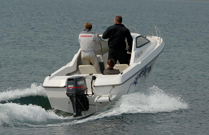 Максим, помнится, уверял, что двигатель к своей новой лодке в этот раз он совершенно не тюнинговал и ничего странного с ним не делал.               Глядя, как
