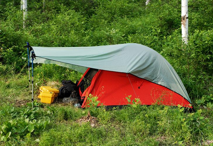 Кажется я таки победил эту пакостную палатку из гортекса. Небольшая нашлепка в виде легкого тента позволяет не закрывать вход               поверх москитной сетки и полностью устраняет проблему запотевания. Тент еще требует некоторых доработок на предмет облегчения               конструкции, но прошедшие испытания, в целом, сильно порадовали мой, ценящий комфорт, организм.