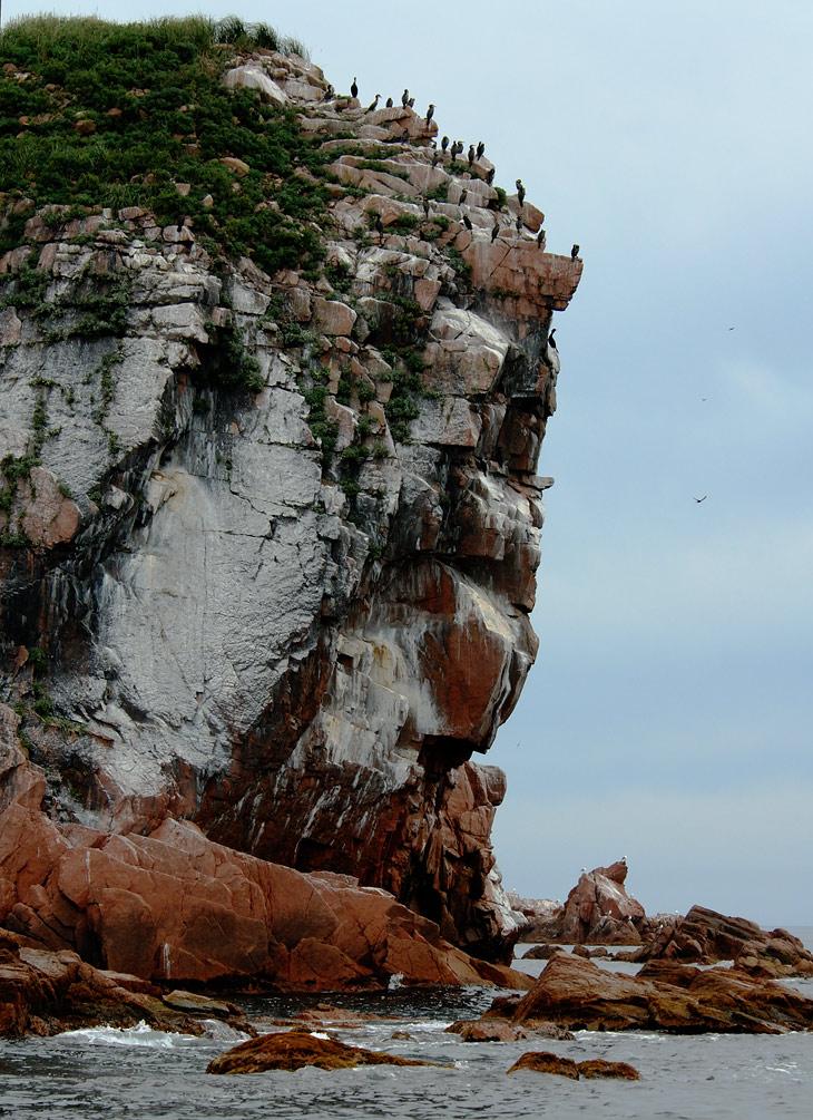 Художественно обосранные скалы.