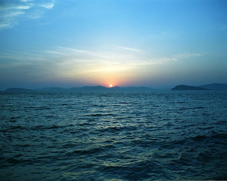 Последние секунды заката, синие, как моржовы яйца.