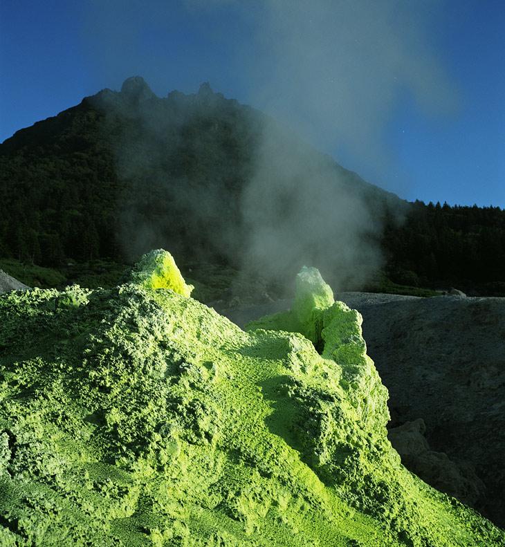 Если же из фумаролы прет голимый сероводород и прочие сернистые газы, то такая фумарола называется сольфатарой.